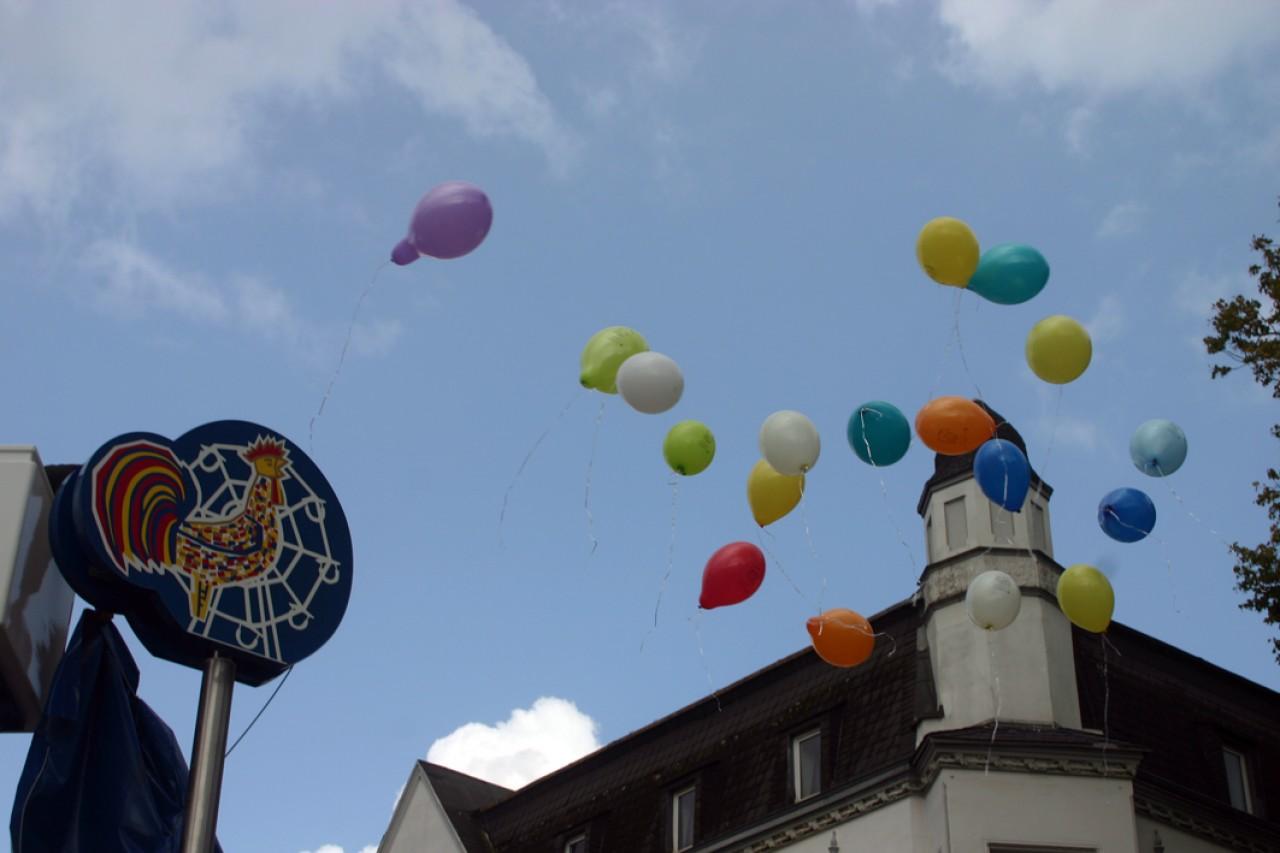 Der Kirmeshahn ist umringt von mit bunten Ballons - nun kann die Kirmes kommen!