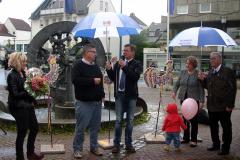 Mit einem Blumengruß bedankt sich die Stadt Arnsberg bei der Kirmesgesellschaft