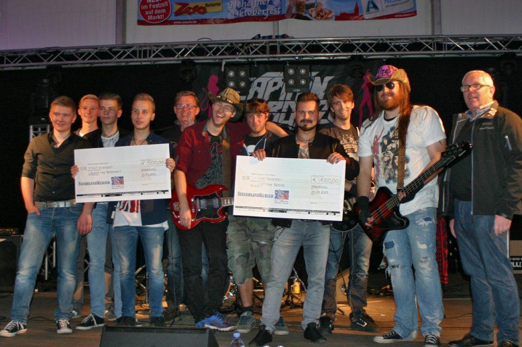 """Gewinner vom Band-Casting mit Sauerland- und Siegerlandkurier: Links die Zweitplatzierten """"Under The Basement"""", rechts die Siegerband """"Captain Booze"""""""
